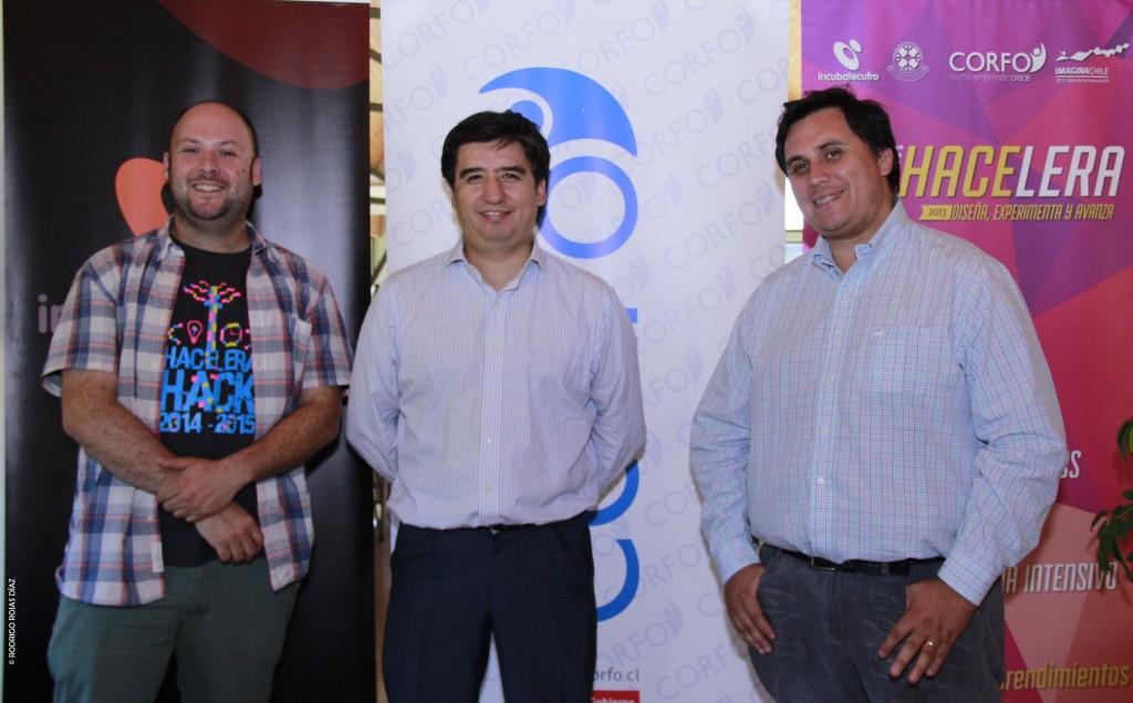A la izquierda Gerardo Lagos (Gerente Emprendimiento e Incubacion Empresas) en el centro Marcos Rivas (Gerente General City Global) y a la derecha Cristian Salas Sanhueza (Director Regional Corfo)